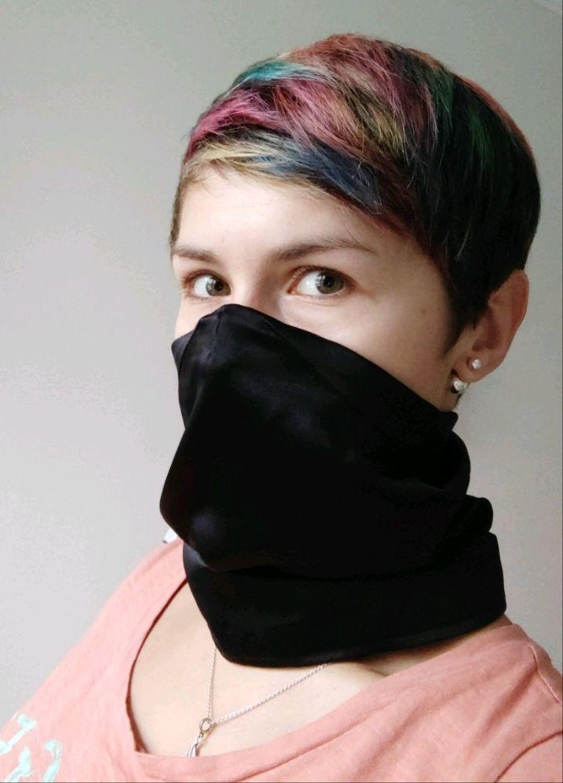 Фото №1 к отзыву покупателя Оригинальные куклы в подарок о товаре Маска_снуд_03тонкийшелк Тонкая шелковая маска-трансформе, цвет черный.