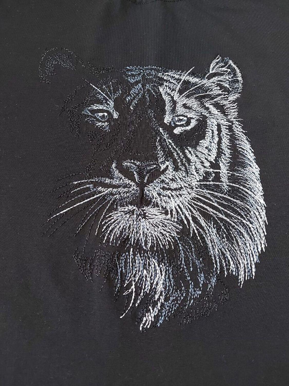 Photo №2 к отзыву покупателя OstrovOK rukodeliya о товаре В ночи... (тигр). Дизайн для машинной вышивки and 1 more item