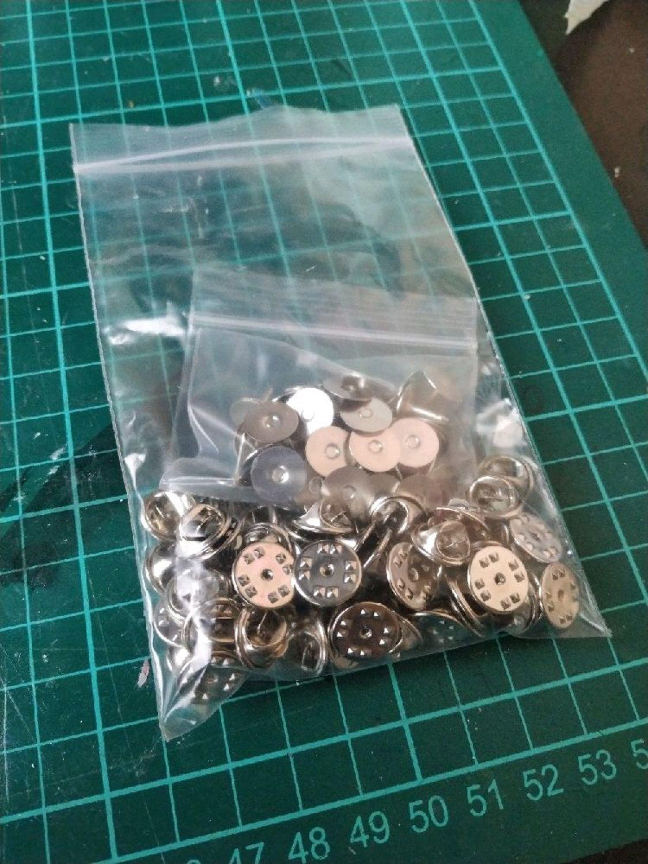 Фото №1 к отзыву покупателя Dmitri Kunin о товаре Фурнитура основа для изготовления значков брошей с широким основанием