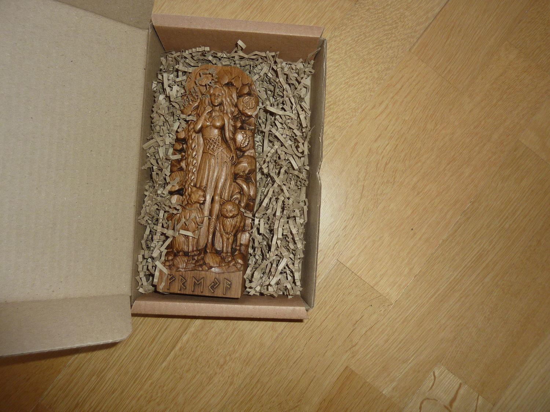 Photo №1 к отзыву покупателя Vyacheslav о товаре Статуэтка из дерева Фрейя, Скандинавская богиня Freja Goddess statue