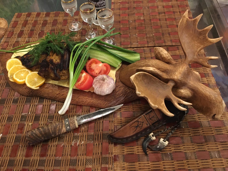 Photo №1 к отзыву покупателя Oleg о товаре Деревянная доска для подачи стейка Лось Блюдо для подачи шашлыка