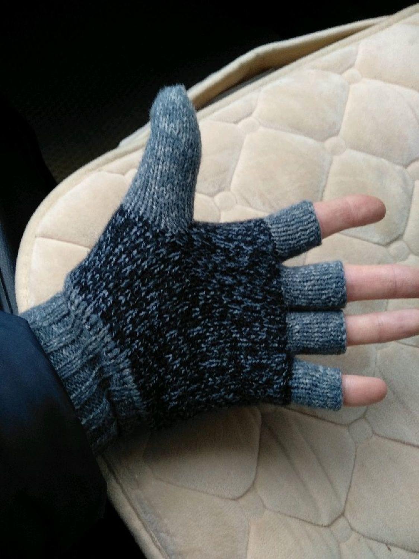 Фото №1 к отзыву покупателя Максим о товаре Митенки из верблюжки, полуварежки, перчатки без пальцев, цвет серый.