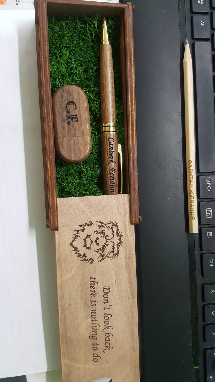 Фото №1 к отзыву покупателя Юлиания о товаре Ручки + флешка с персональной гравировкой набор в подарочной коробке