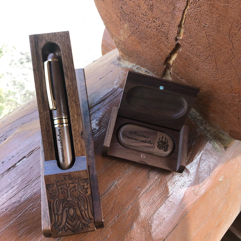 Photo №1 к отзыву покупателя Yuliya о товаре Деревянная ручка и флешка с гравировкой, в коробочке и футляре
