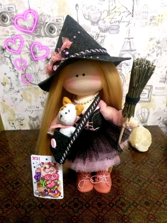 Фото №1 к отзыву покупателя Мириам о товаре Маленькая ведьма. Интерьерная текстильная кукла.