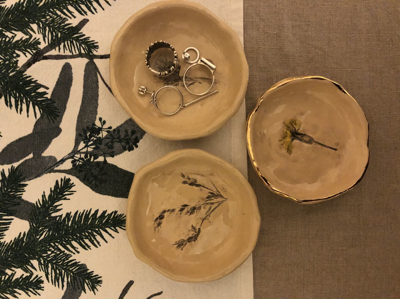 Photo №1 к отзыву покупателя Viktoriya Ovchinnikova о товаре Тарелочка для украшений фарфоровая