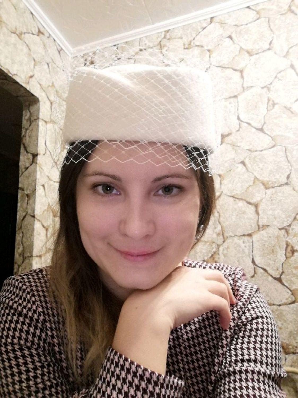 Photo №1 к отзыву покупателя Anastasiya Murashkintseva о товаре Шляпка-пилотка Elegance с вуалью. Цвет молочный