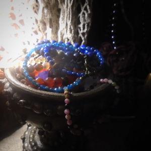 Браслеты и колье из самоцветов.