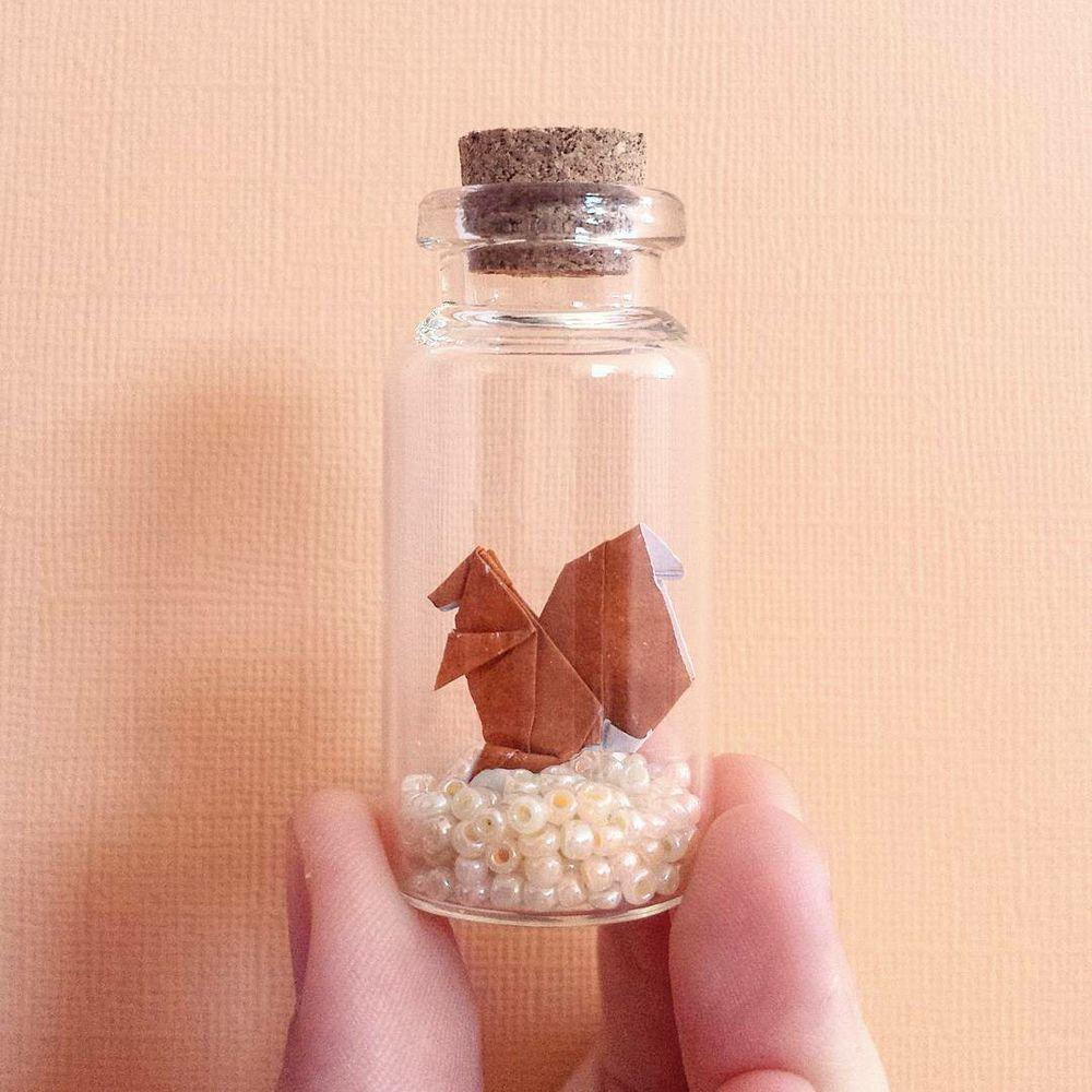 Бумажные микрочудеса от yulinelaine: 25 крошечных фигурок оригами в волшебных бутылочках