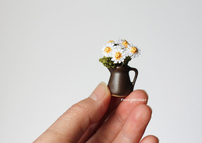 Мелочь, а приятно! Мастерица вяжет крючком крошечные цветы и растения, которые помещаются на подушечке пальца, фото № 24