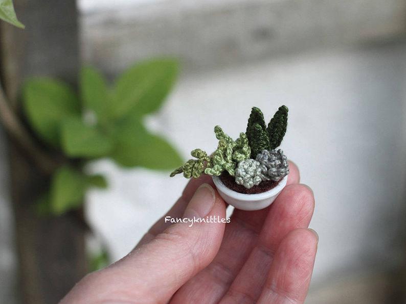 Мелочь, а приятно! Мастерица вяжет крючком крошечные цветы и растения, которые помещаются на подушечке пальца, фото № 22