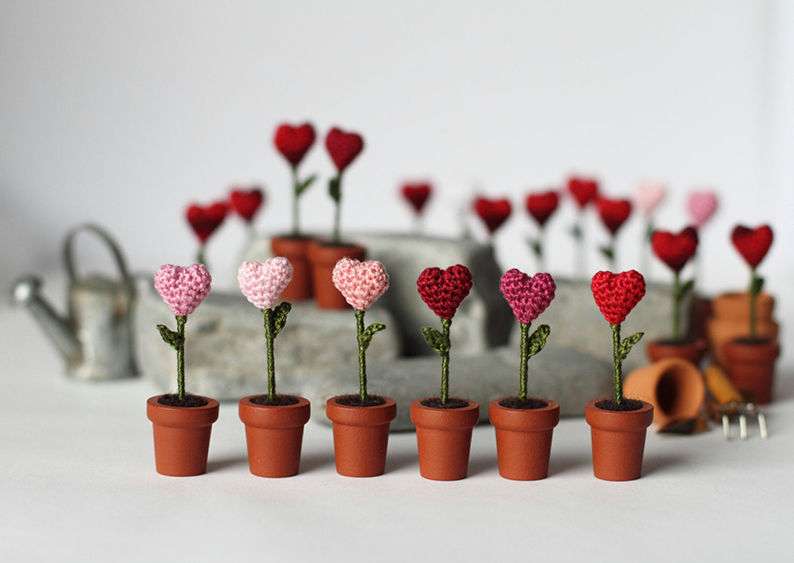 Мелочь, а приятно! Мастерица вяжет крючком крошечные цветы и растения, которые помещаются на подушечке пальца, фото № 30