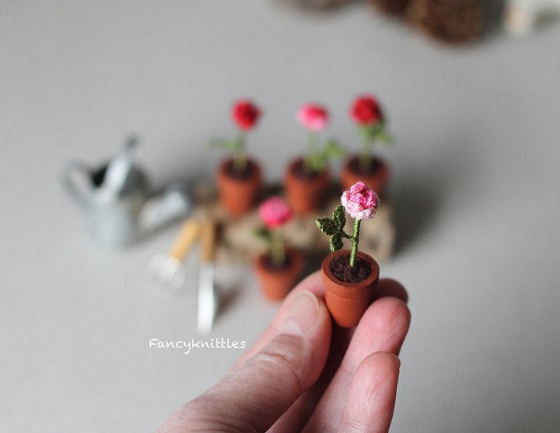 Мелочь, а приятно! Мастерица вяжет крючком крошечные цветы и растения, которые помещаются на подушечке пальца, фото № 13