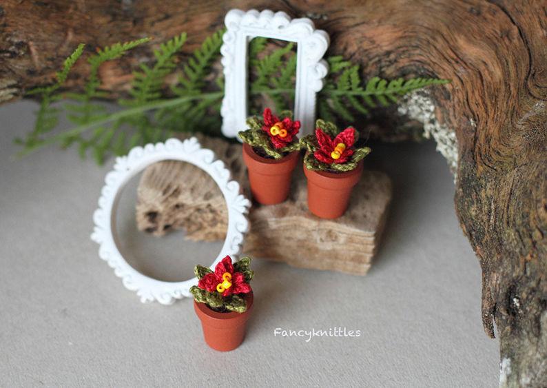 Мелочь, а приятно! Мастерица вяжет крючком крошечные цветы и растения, которые помещаются на подушечке пальца, фото № 14