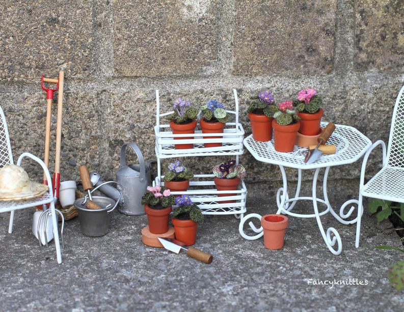 Мелочь, а приятно! Мастерица вяжет крючком крошечные цветы и растения, которые помещаются на подушечке пальца, фото № 2