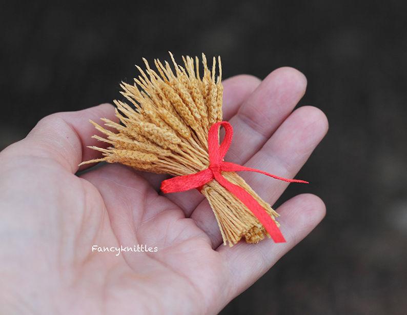 Мелочь, а приятно! Мастерица вяжет крючком крошечные цветы и растения, которые помещаются на подушечке пальца, фото № 27