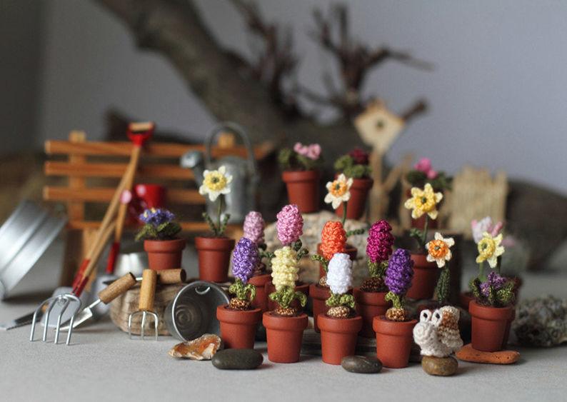 Мелочь, а приятно! Мастерица вяжет крючком крошечные цветы и растения, которые помещаются на подушечке пальца, фото № 6