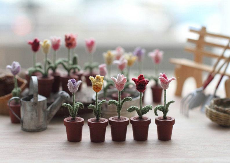 Мелочь, а приятно! Мастерица вяжет крючком крошечные цветы и растения, которые помещаются на подушечке пальца, фото № 11