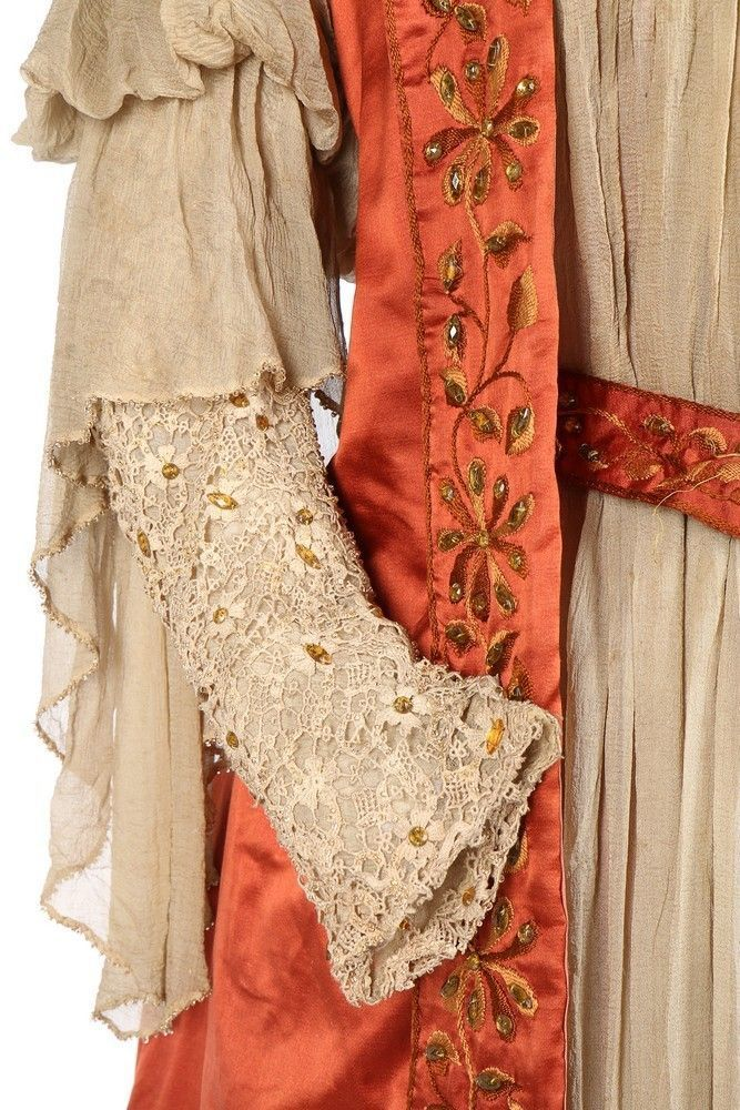 Атласный наряд Tea gown c вышивкой 1897 г