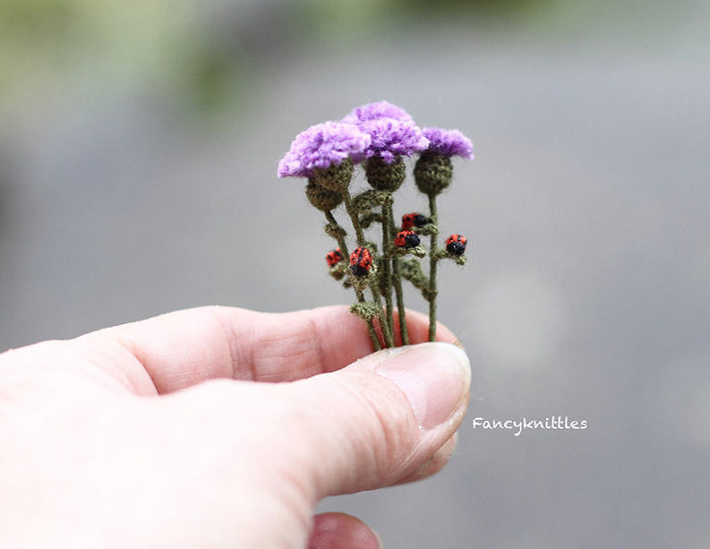 Мелочь, а приятно! Мастерица вяжет крючком крошечные цветы и растения, которые помещаются на подушечке пальца, фото № 15