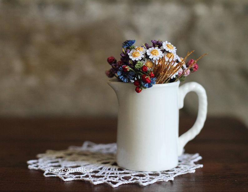 Мелочь, а приятно! Мастерица вяжет крючком крошечные цветы и растения, которые помещаются на подушечке пальца, фото № 28