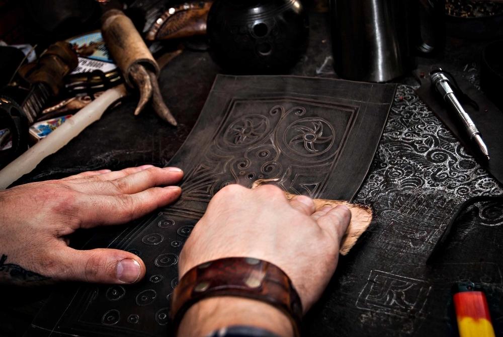 Процесс создания рисунка на коже в стиле Туранар, фото № 6
