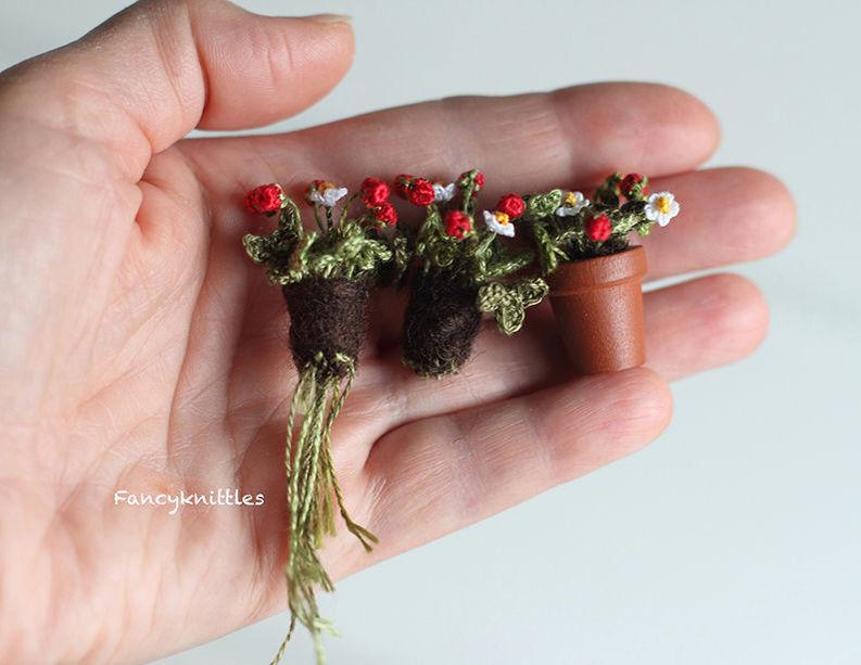 Мелочь, а приятно! Мастерица вяжет крючком крошечные цветы и растения, которые помещаются на подушечке пальца, фото № 3