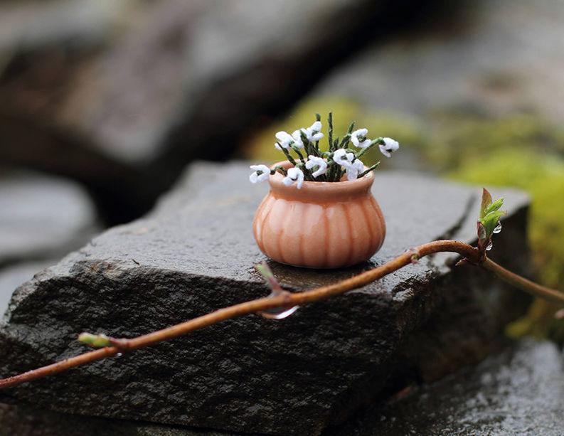 Мелочь, а приятно! Мастерица вяжет крючком крошечные цветы и растения, которые помещаются на подушечке пальца, фото № 9