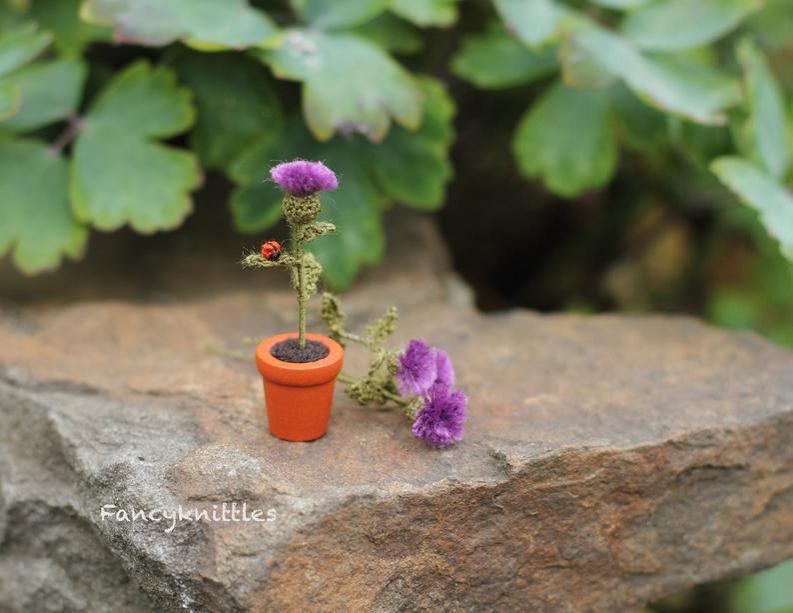 Мелочь, а приятно! Мастерица вяжет крючком крошечные цветы и растения, которые помещаются на подушечке пальца, фото № 16