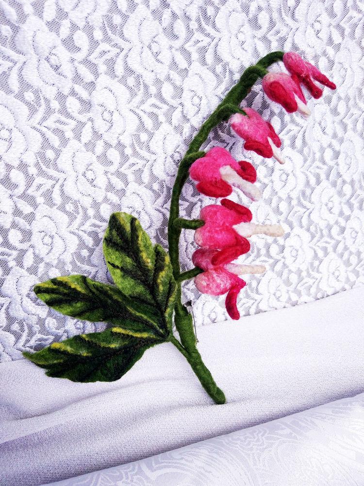 Брошь в виде веточки цветков дицентры в комбинированной технике валяния на каркасе, фото № 1