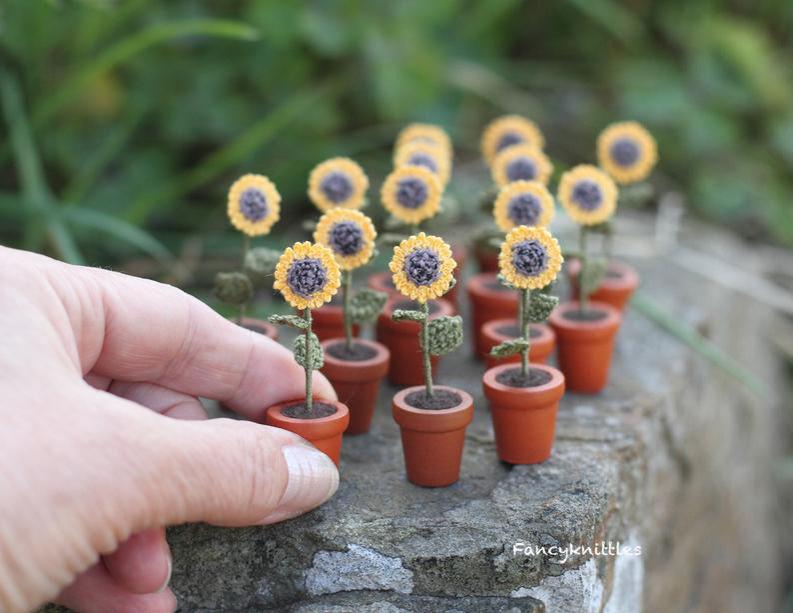 Мелочь, а приятно! Мастерица вяжет крючком крошечные цветы и растения, которые помещаются на подушечке пальца, фото № 17