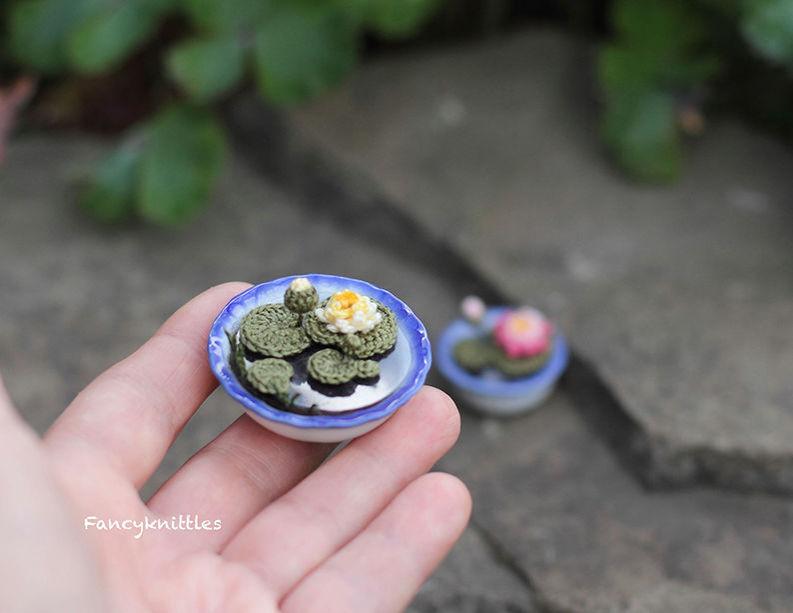 Мелочь, а приятно! Мастерица вяжет крючком крошечные цветы и растения, которые помещаются на подушечке пальца, фото № 7