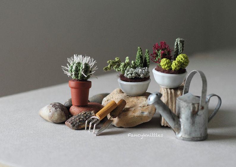 Мелочь, а приятно! Мастерица вяжет крючком крошечные цветы и растения, которые помещаются на подушечке пальца, фото № 21