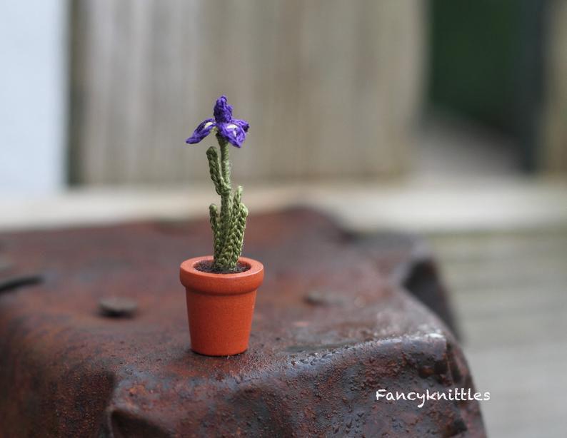 Мелочь, а приятно! Мастерица вяжет крючком крошечные цветы и растения, которые помещаются на подушечке пальца, фото № 8