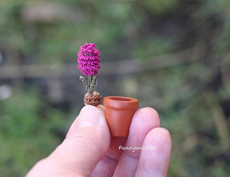 Мелочь, а приятно! Мастерица вяжет крючком крошечные цветы и растения, которые помещаются на подушечке пальца, фото № 5