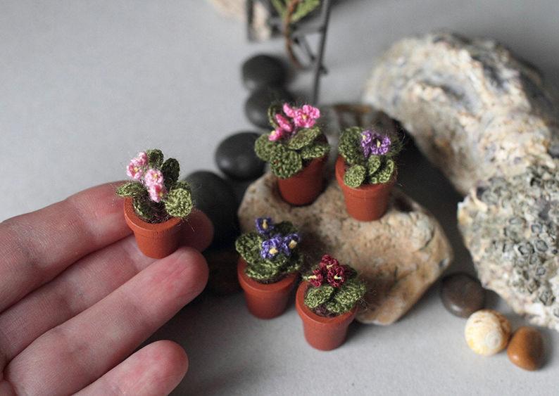 Мелочь, а приятно! Мастерица вяжет крючком крошечные цветы и растения, которые помещаются на подушечке пальца, фото № 1