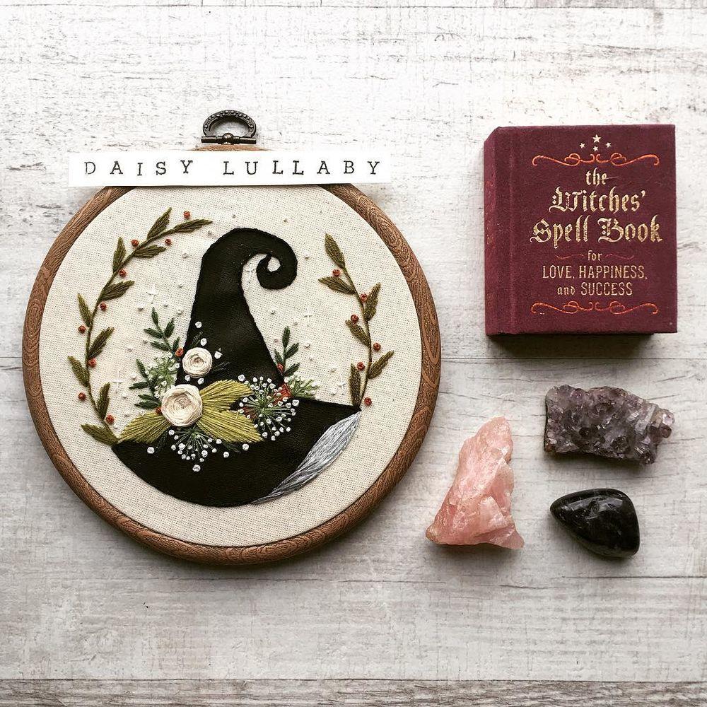 Вышивка для ведьмочки: 20 работ Paige Ashleigh для тех, кто верит в волшебство – Ярмарка Мастеров<br />