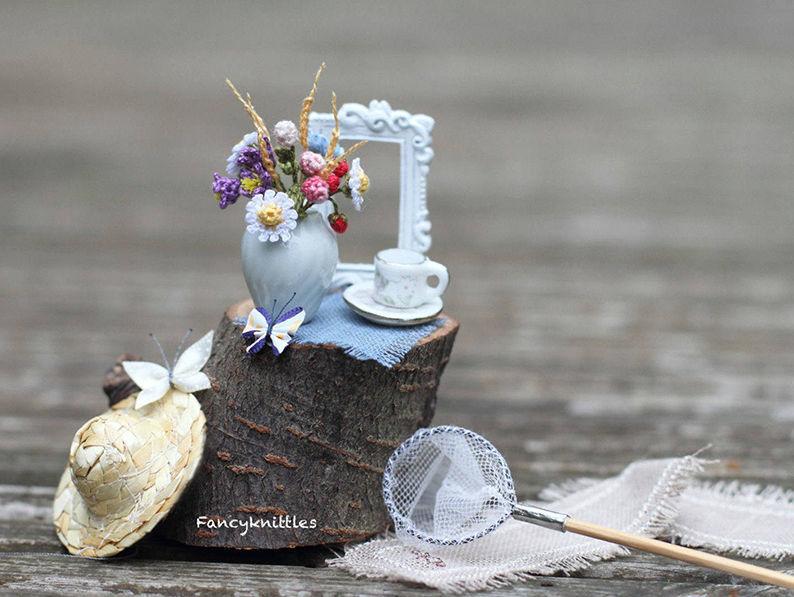 Мелочь, а приятно! Мастерица вяжет крючком крошечные цветы и растения, которые помещаются на подушечке пальца, фото № 29