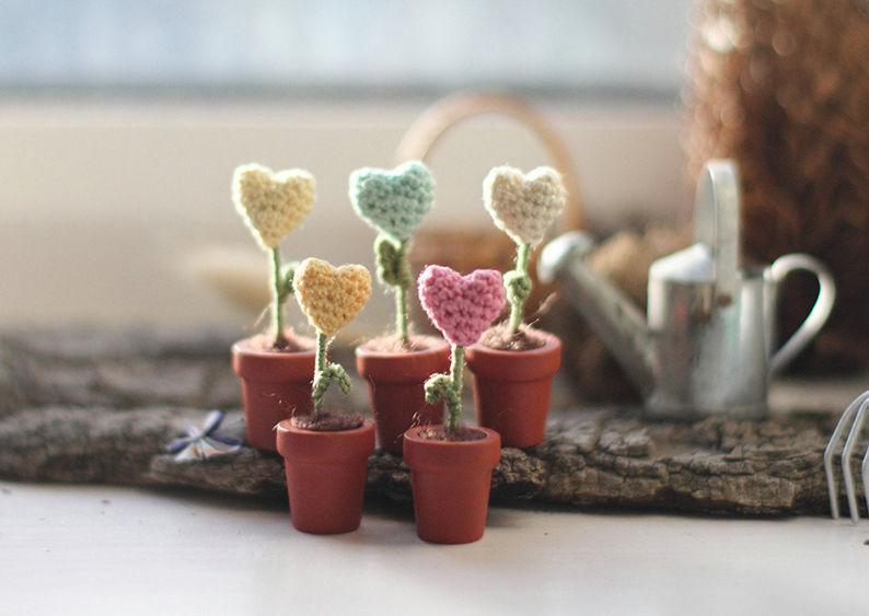 Мелочь, а приятно! Мастерица вяжет крючком крошечные цветы и растения, которые помещаются на подушечке пальца, фото № 31