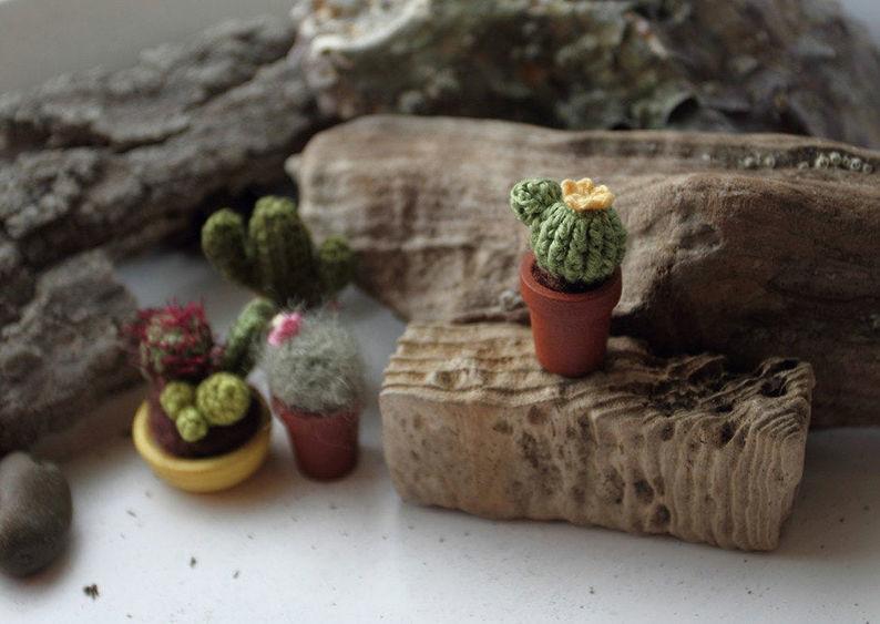 Мелочь, а приятно! Мастерица вяжет крючком крошечные цветы и растения, которые помещаются на подушечке пальца, фото № 19