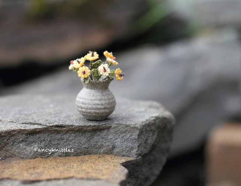 Мелочь, а приятно! Мастерица вяжет крючком крошечные цветы и растения, которые помещаются на подушечке пальца, фото № 25