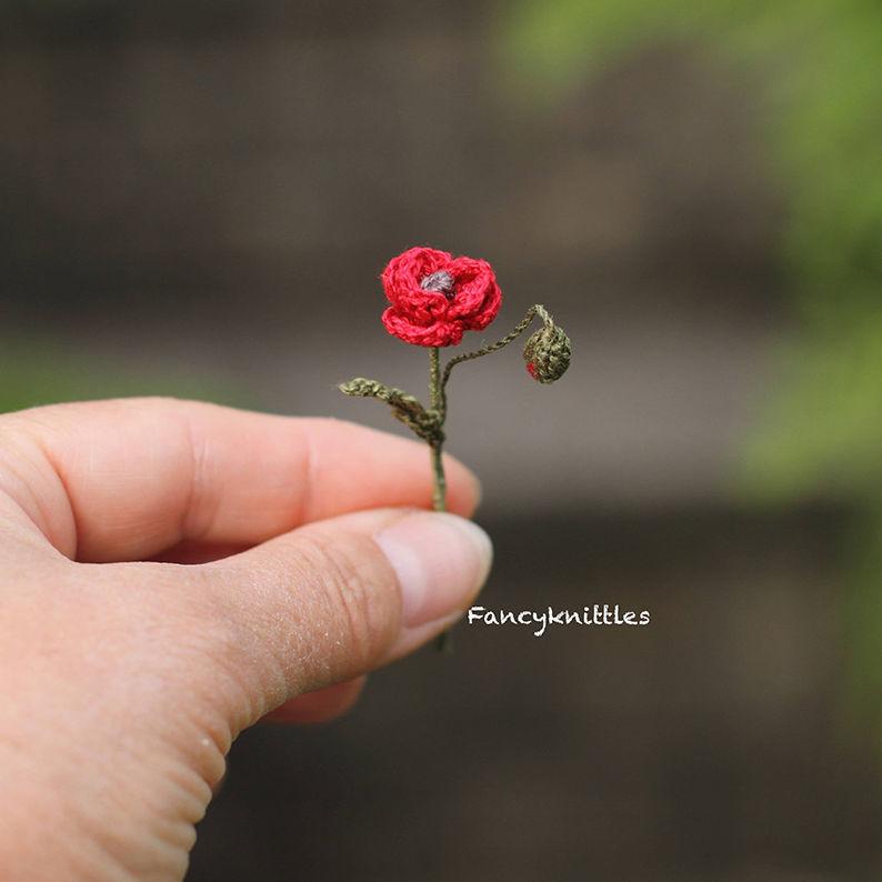 Мелочь, а приятно! Мастерица вяжет крючком крошечные цветы и растения, которые помещаются на подушечке пальца, фото № 23