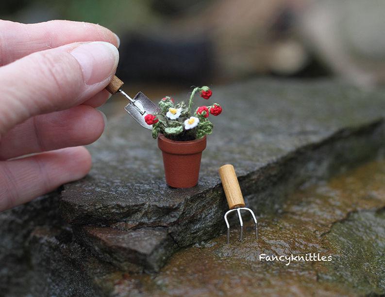 Мелочь, а приятно! Мастерица вяжет крючком крошечные цветы и растения, которые помещаются на подушечке пальца, фото № 4