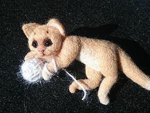 """Валяем брошь """"Котёнок"""". Ярмарка Мастеров - ручная работа, handmade."""