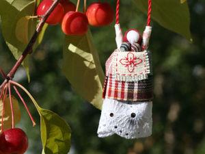 Крутим славянскую тряпичную куколку-кулон «Радостеюшка». Ярмарка Мастеров - ручная работа, handmade.