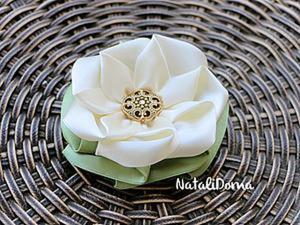 Как сделать брошь-цветок из лент. Ярмарка Мастеров - ручная работа, handmade.