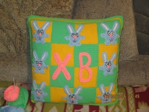 """Вяжем красивую подушку """"Пасхальные зайцы"""". Ярмарка Мастеров - ручная работа, handmade."""