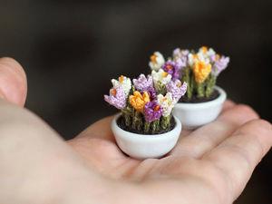 Мелочь, а приятно! Мастерица вяжет крючком крошечные цветы и растения, которые помещаются на подушечке пальца. Ярмарка Мастеров - ручная работа, handmade.