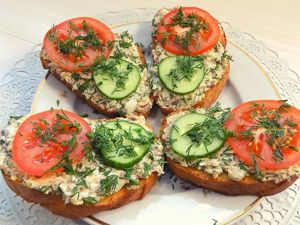 Бутерброды на праздничный стол с рыбной консервой и яйцом. Ярмарка Мастеров - ручная работа, handmade.