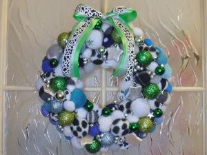 Мастерим Новогодний венок из помпонов и елочных шаров. Ярмарка Мастеров - ручная работа, handmade.